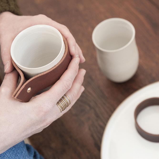 Geraldine K ceramiste gobelets manchon cuir amovible